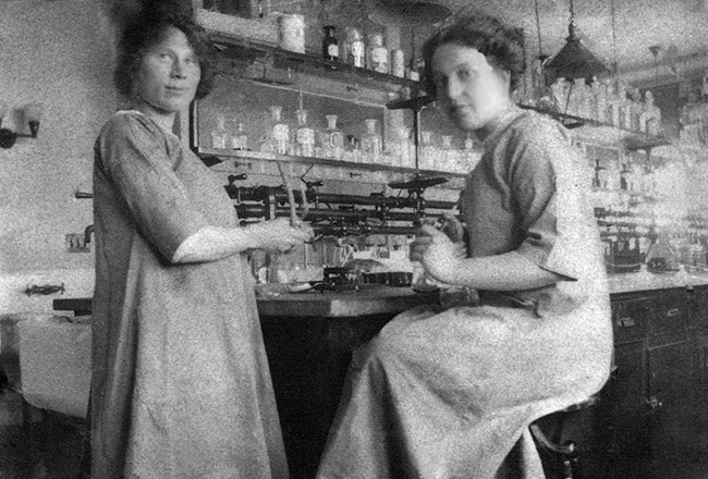 Mariam Vinograd-Villchur (left) and an unknown fellow scientist at the lab at Rockefeller Institute for Medical Research, around 1914.